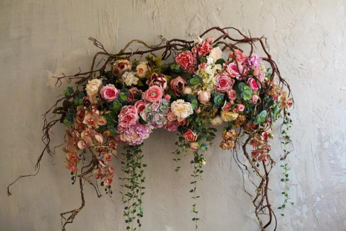 panneau de fleurs sur le mur à l'intérieur