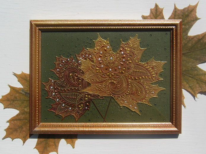 panneaux de feuilles sur le mur à l'intérieur