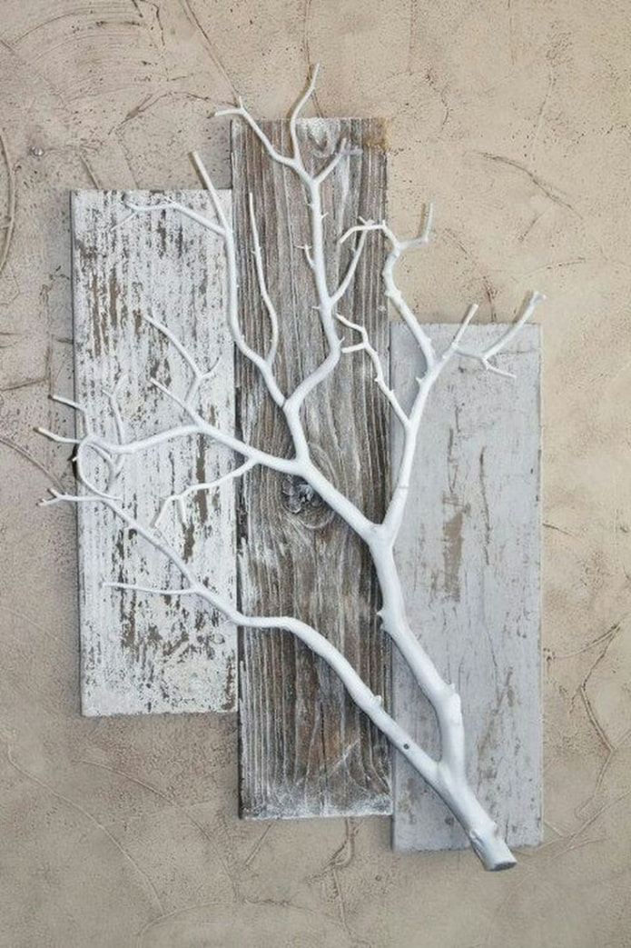panneaux de branches d'arbres sur le mur à l'intérieur
