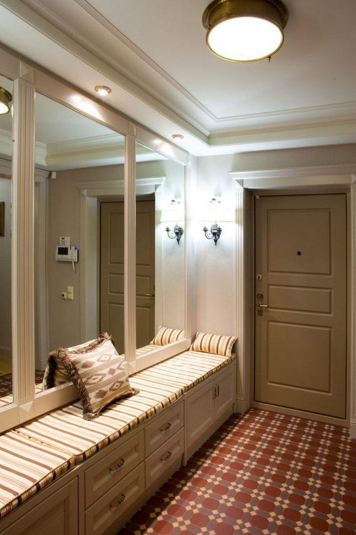éclairage à l'intérieur d'un petit couloir