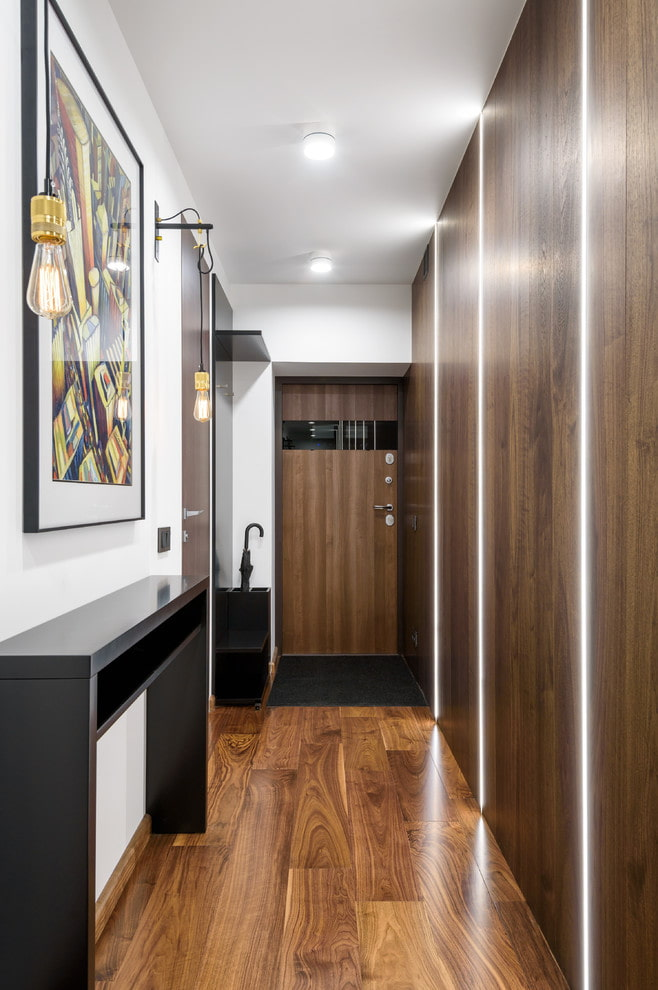 éclairage à l'intérieur d'un long couloir