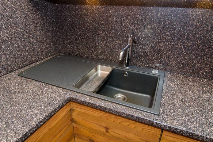 évier en pierre artificielle à l'intérieur de la cuisine