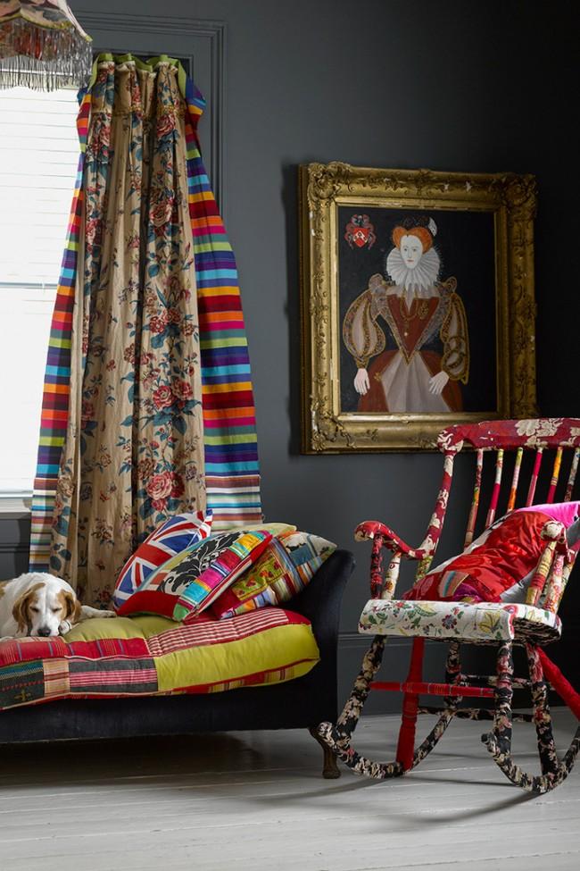 Rideaux multicolores dans un intérieur de style bohème