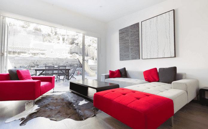 Canapé blanc et rouge