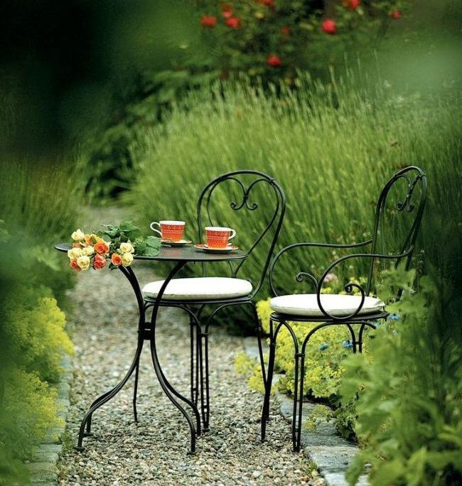 Chaises forgées et table au design délicat