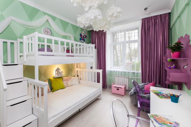 Chambre élégante et lumineuse pour deux filles