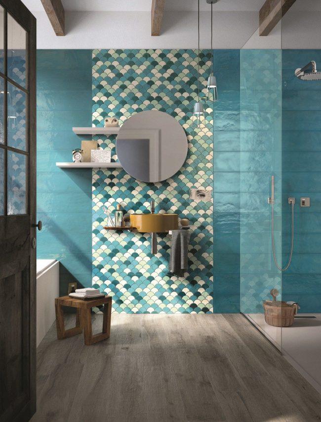 Design de salle de bain élégant aux couleurs turquoises avec une mise en valeur, à l'aide d'un panneau, de la zone du lavabo