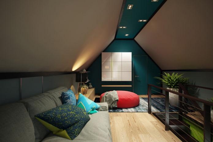 structure de plafond tendu dans le grenier avec un toit à deux versants