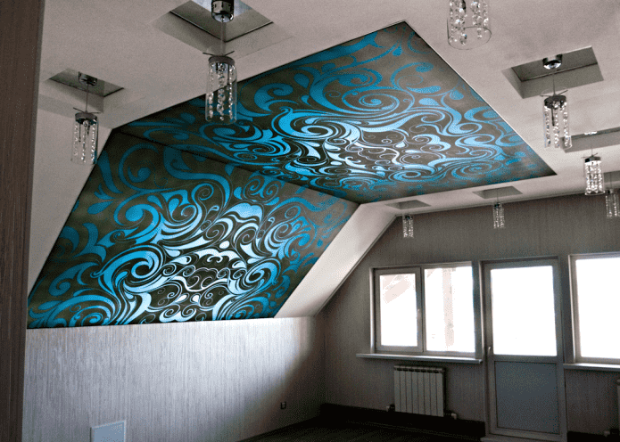 toile extensible avec motifs dans le grenier