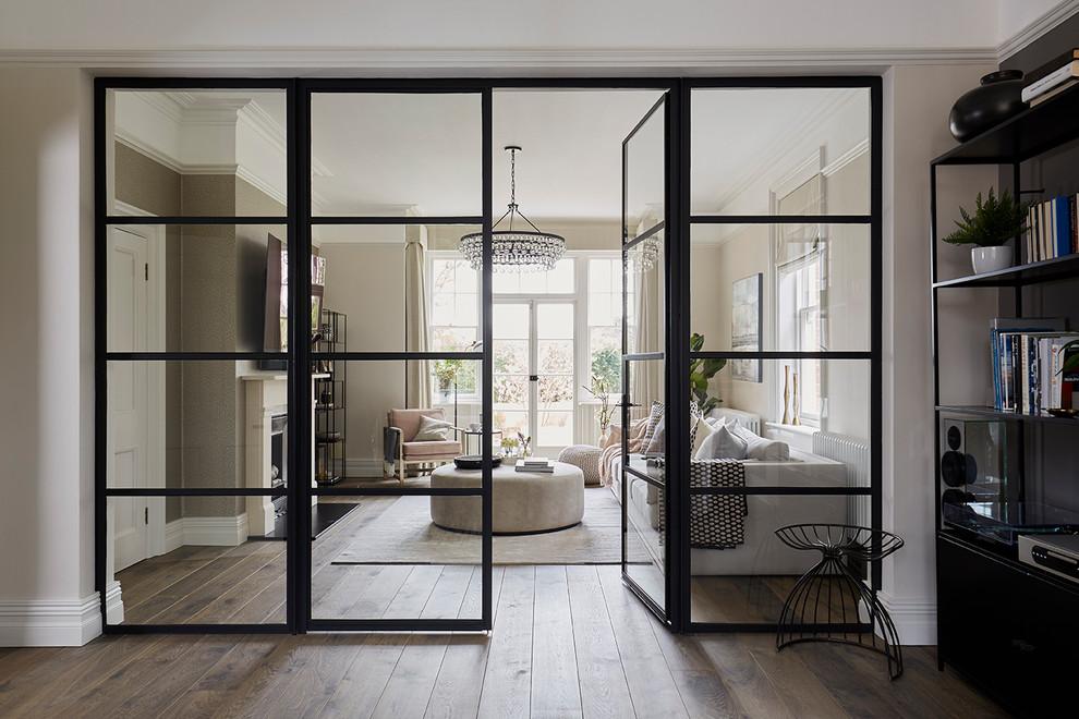 Les portes vitrées créent une sensation de légèreté : elles flottent, ne détruisent pas l'unité de l'intérieur