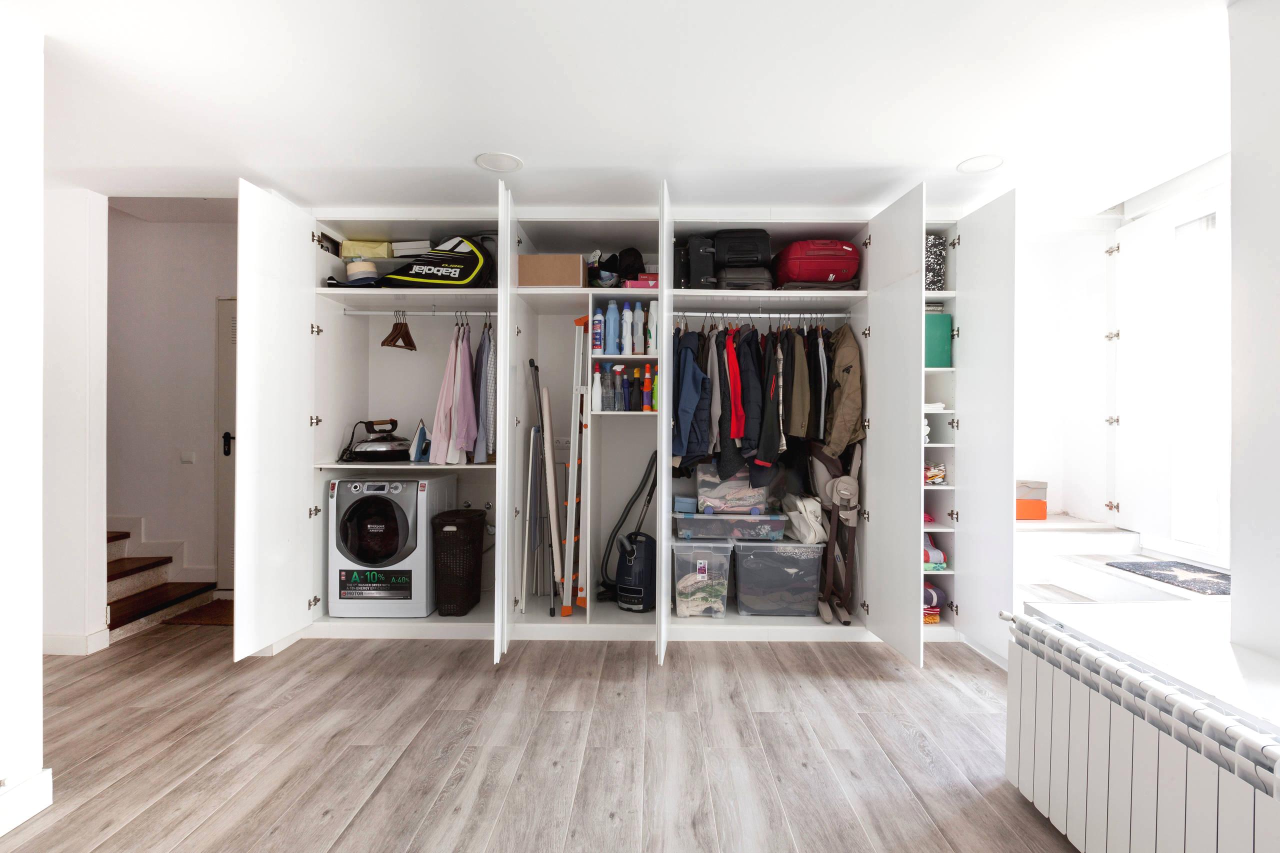 Une armoire coulissante est un lieu de rangement idéal pour les vêtements et les ustensiles ménagers.